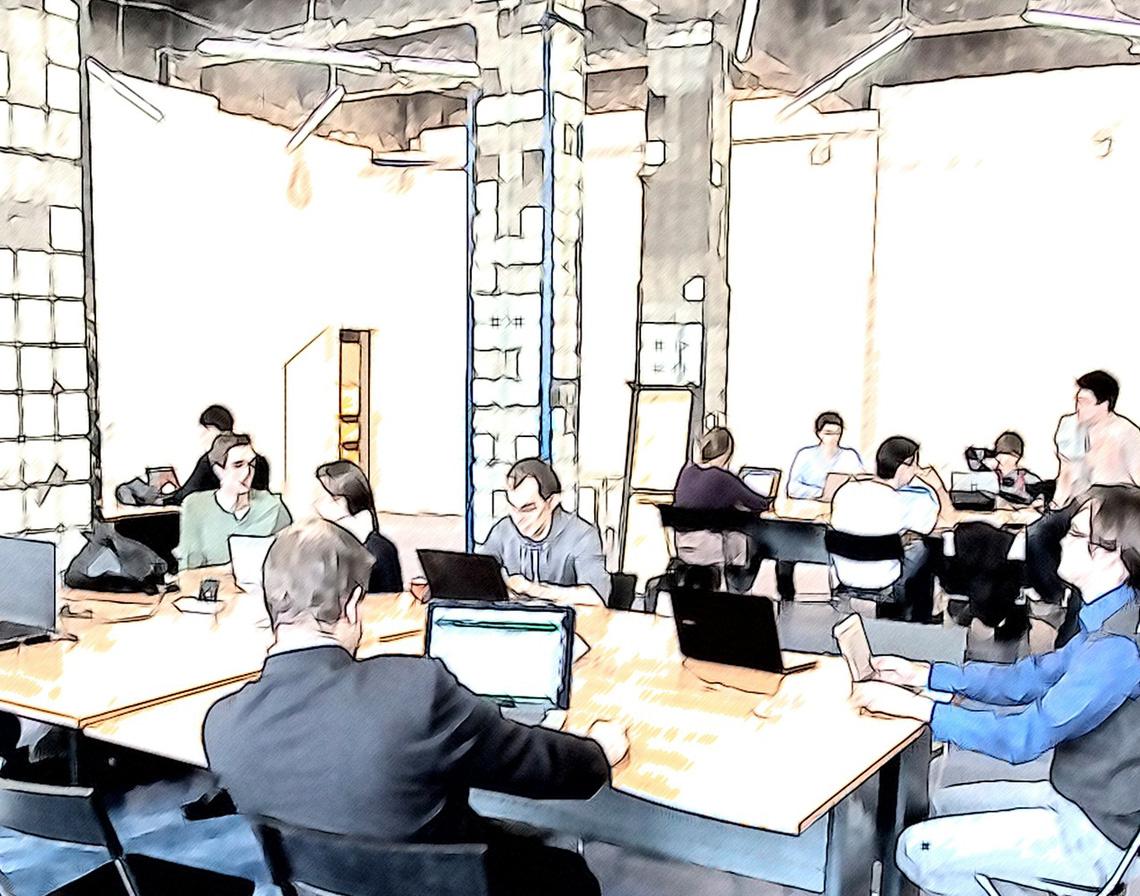 オフィスで多くの人が働いている画